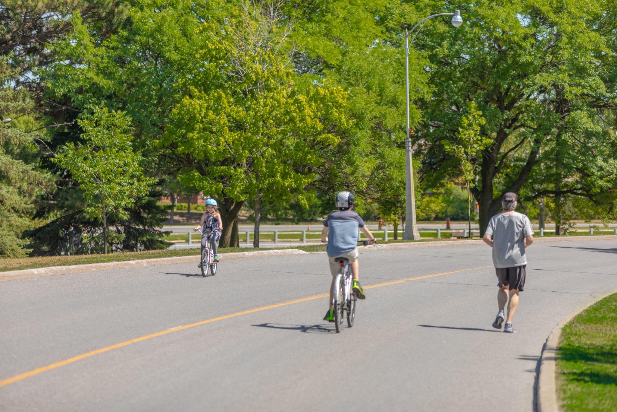 People biking on the car-free Queen Elizabeth Driveway during Bikedays.Cyclistes roulant sur la promenade de la Reine-Elizabeth sans autos