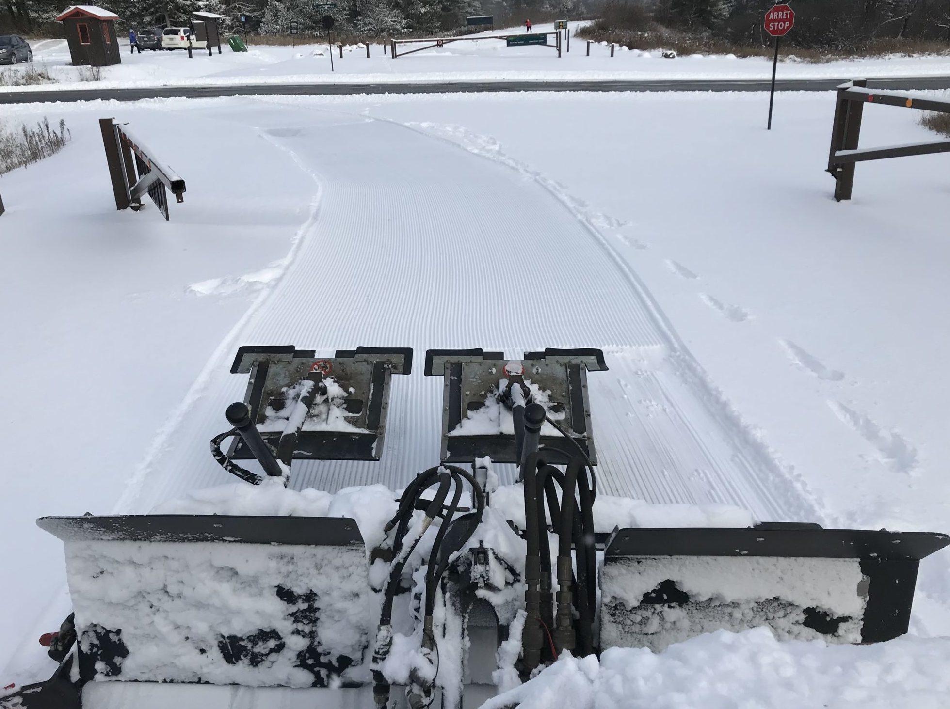Machinerie de damage dans le parc de la Gatineau
