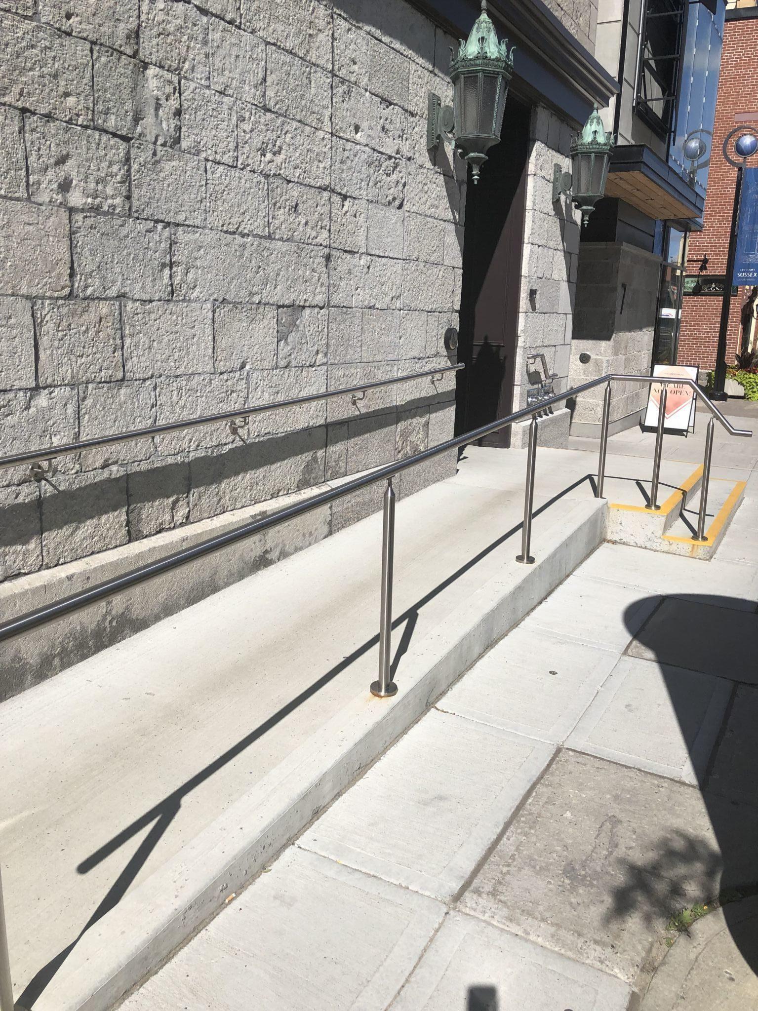 Rampes installées au 3, rue Clarence, dans le marché By