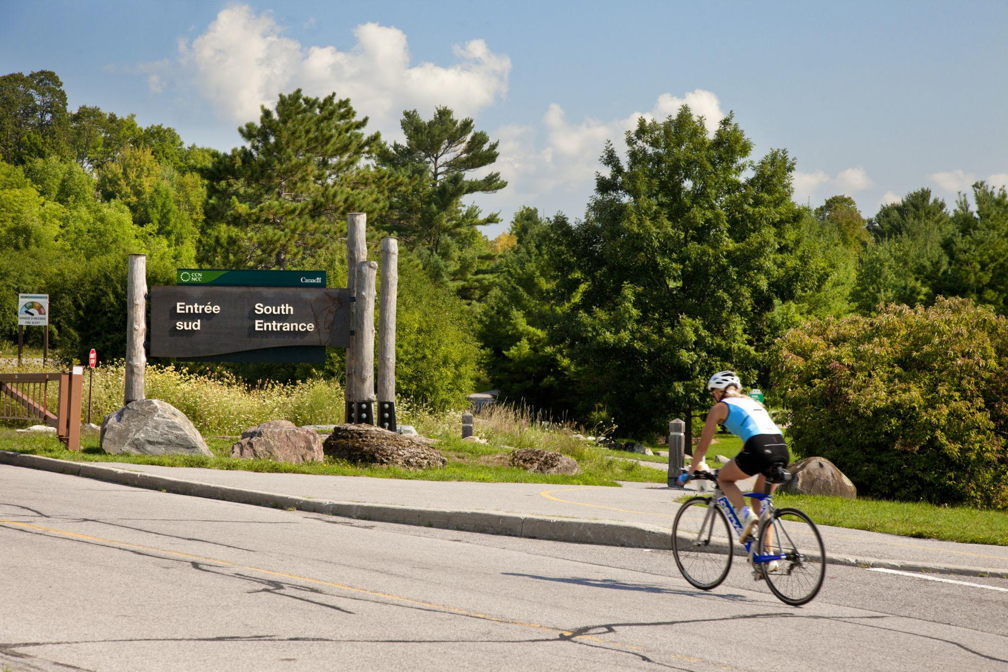 Cycliste dans le parc