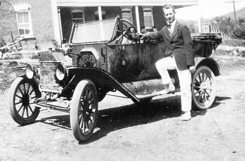 Thomas Leopold Willson et son véhicule - Crédit : Société historique de la Vallée de la Gatineau