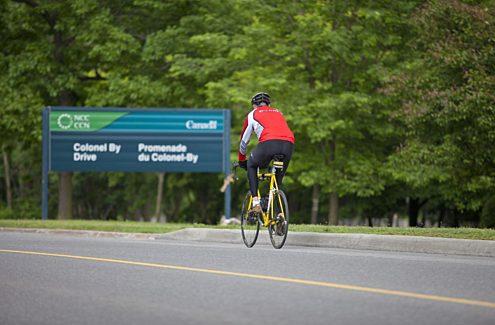 Cycliste roulant sur la promenade Colonel-By sans autos pendant les vélos-dimanches/vélos-weekends