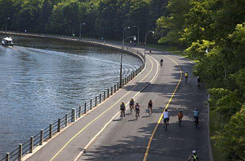 Cyclistes roulant sur une promenade sans auto et fermée à la circulation automobile pendant les vélos-dimanches/vélos-weekends