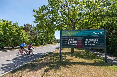Cycliste sur la promenade de la Reine-Elizabeth sans autos pendant les vélos-dimanches/vélos-weekends
