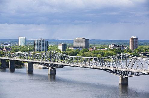 Vue du pont Alexandra depuis Ottawa, en été, 2007. Crédit : CCN