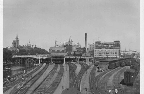 Construction du pont Mackenzie King au-dessus du canal. Crédit : Collection Gréber de la Commission de la capitale nationale