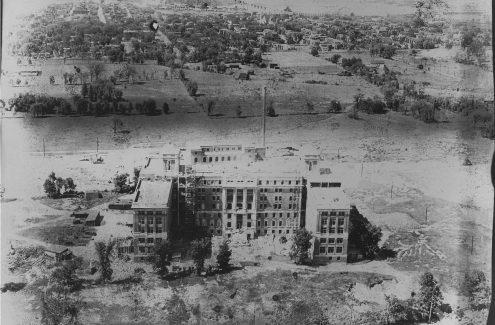Construction du campus Civic de l'Hôpital d'Ottawa. Date inconnue, mais l'hôpital a ouvert ses portes en 1924. Crédit : Commission de la capitale nationale