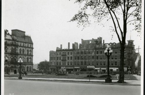 Vue de la gare Union et de la place Connaught depuis les marches du Château Laurier. 22 mars 1938. Source : Bibliothèque et Archives Canada (e999909234-u)