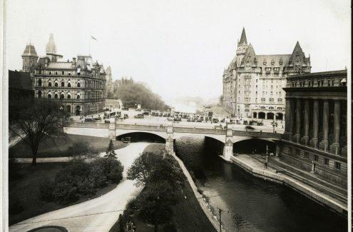 Vue de la place Connaught, sur le pont Plaza, de l'édifice de l'Est, à gauche, et du Château Laurier. La place Connaught a été achevée en 1912 et est devenue depuis la place de la Confédération. Date inconnue. Source : Bibliothèque et Archives Canada (e999909157-u)