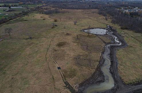 Vue aérienne des travaux d'amélioration des terres humides au ruisseau Stillwater, fin octobre 2020.