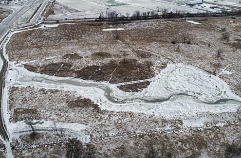 Vue aérienne des travaux d'amélioration des terres humides au ruisseau Stillwater, fin décembre 2020.