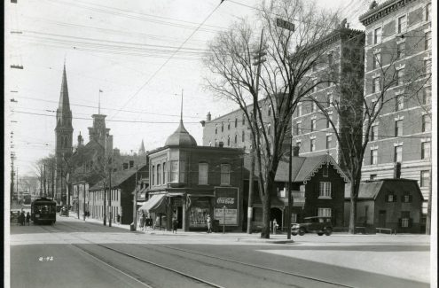 Vue de la rue Elgin, en direction nord, au coin de l'avenue Laurier. 7 mai 1929. Archives de la Commission du district fédéral. Source : Bibliothèque et Archives Canada (e999908758-u)