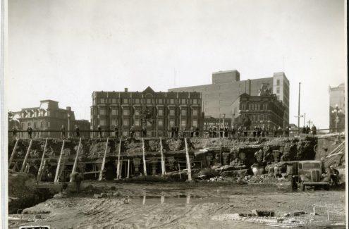 Vue du mur de soutènement de la rue Elgin à partir du chantier de construction de la place Connaught. 8 septembre 1938. Source : Bibliothèque et Archives Canada (e999909171-u)