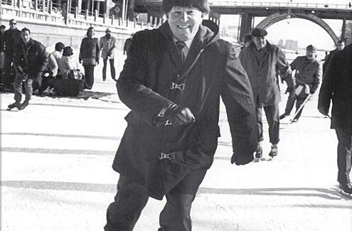 C'est Douglas Fullerton, président de la CCN de 1969 à 1973, qui a eu l'idée d'aménager une patinoire sur le canal Rideau.
