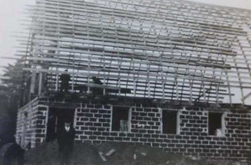 Photo en noir et blanc de la nouvelle grange des Gray en cours de construction, vers 1947.