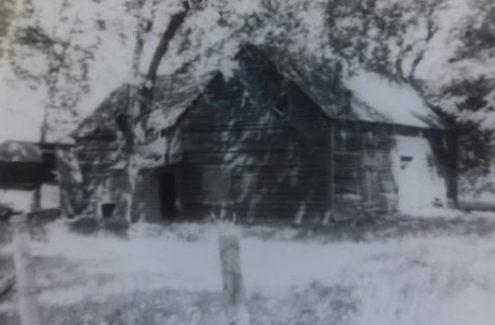 Photo en noir et blanc de la terre ancestrale des Gray, une des premières familles européennes à s'établir près de la Mer Bleue. La grange originale des Gray, qui abritait leur troupeau de vaches laitières, elle a pris feu et brûlé en 1947.