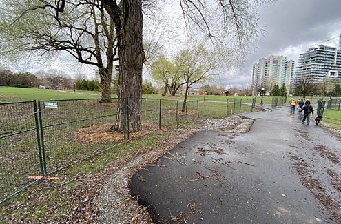 Le parc Jacques-Cartier (sud) partiellement ouvert au public. Les espaces verts sont clôturés.