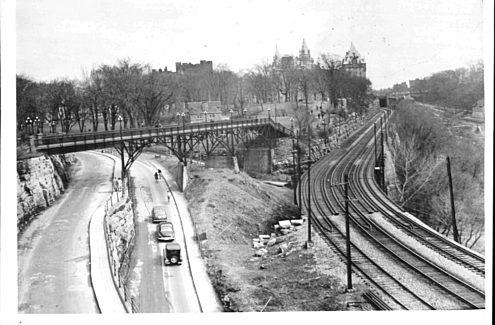 Passerelle reliant le parc Major's Hill à la pointe Nepean, à l'embouchure du canal Rideau, à Ottawa, à partir de la rivière des Outaouais, 1929. Crédit : CCN