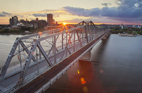 Le pont Alexandra depuis la pointe Nepean, au coucher de soleil. Crédit : CCN