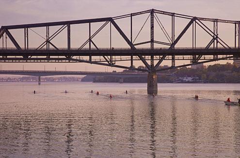 Le pont Alexandra depuis la rivière des Outaouais. En arrière plan, le pont Macdonald-Cartier. Crédit : CCN