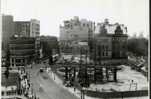 Vue d'ensemble des échafaudages et des treuils durant la construction du Monument commémoratif de guerre du Canada. 31 août 1938. Source : Bibliothèque et Archives Canada (e999911951-u)