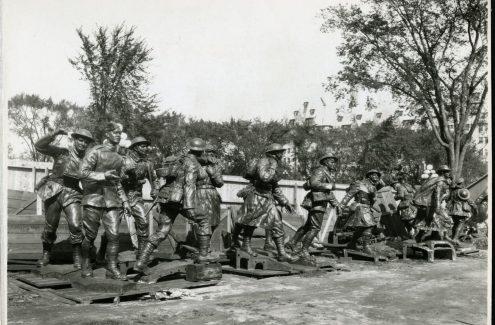 Figures de bronze avant leur assemblage sur le Monument national guerre, renommé plus tard Monument commémoratif de guerre du Canada. 29 septembre 1938. Source : Bibliothèque et Archives Canada (e999909181-u)