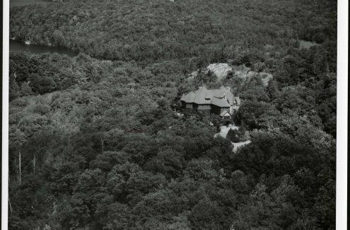 Vue aérienne de la maison O'Brien, près du lac Meech, au Québec. Vers 1948-1960. Crédit : Bibliothèque et Archives Canada / Fonds de la Commission de la capitale nationale / e999915017