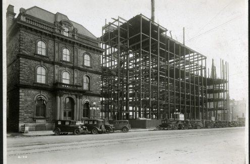 Construction de l'édifice de la Confédération, vue de la rue Wellington en direction nord est. 4 mai 1929. Archives de la Commission du district fédéral. Source : Bibliothèque et Archives Canada (e999908718-u)