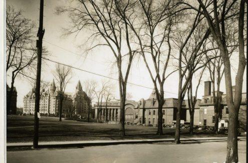 Vue du poste de police et de la caserne de pompiers, à droite, et du Château Laurier, à gauche, depuis la vieille église presbytérienne Knox. 5 avril 1938. Source : Bibliothèque et Archives Canada (e999909243-u)