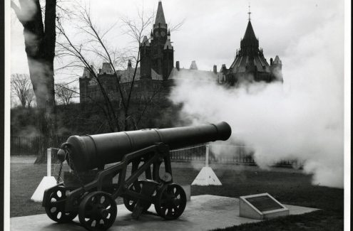 Tir du canon du midi au parc Major's Hill. 18 novembre 1963. Source : Bibliothèque et Archives Canada (e999913394-u)