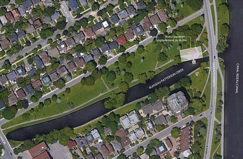 Vue en surplomb du parc du ruisseau Patterson indiquant la limite du bistro autour du pavillon.