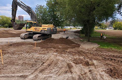 Excavatrice à l'œuvre dans le parc Jacques-Cartier, au printemps 2020