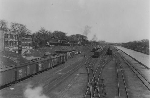 Vue du pont de l'avenue Laurier surplombant les voies ferrées et une section du canal. 10 mai 1929. Crédit : Commission de la capitale nationale