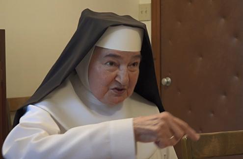 Sœur Cécile Greyeyes, portant un costume religieux, en pleine entrevue.