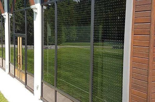 Gros plan sur un motif rendant le verre sûr pour les oiseaux, au Centre des visiteurs du parc de la Gatineau