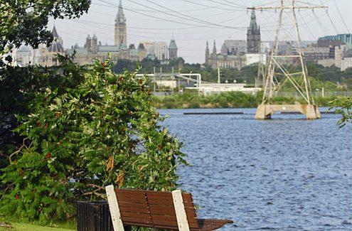 La rivière des Outaouais et la colline du Parlement vues du parc des Portageurs