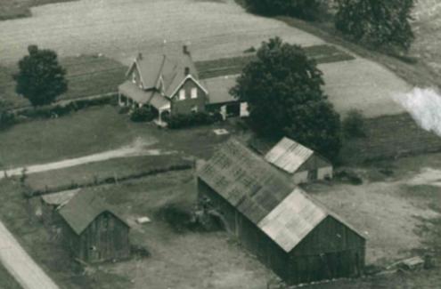 Photo aérienne en noir et blanc de la ferme des Whyte.