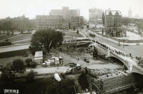 Vue du chantier de la place Connaught et de l'élargissement du pont Plaza avec les rues Elgin et Wellington en arrière-plan. 31 août 1938. Crédit : Bibliothèque et Archives Canada / E999909167-u