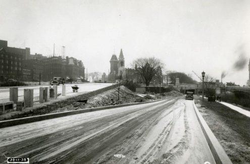 Chemin longeant le canal et menant sous le pont Plaza. 30 novembre 1938. Crédit : Bibliothèque et Archives Canada / E999909216-u