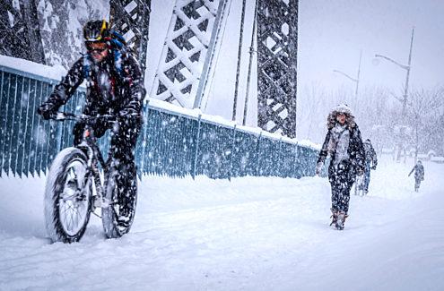 Cyclistes et marcheurs sur l'esplanade du pont Alexandra par une journée enneigée. Crédit : CCN