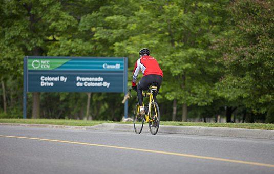 Cycliste sur une promenade réservée à l'utilisation active