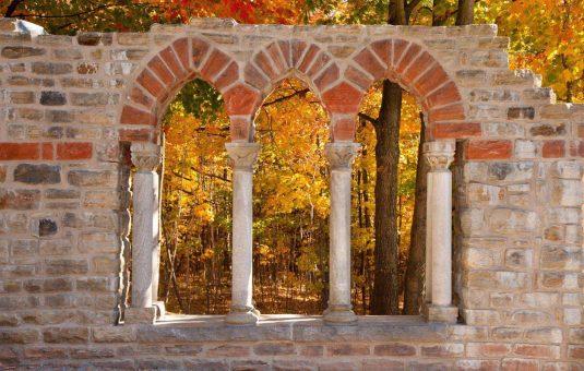 Les ruines du domaine Mackenzie-King en automne