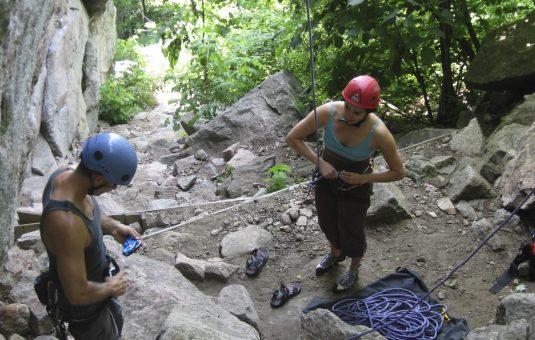 Deux personnes qui pratiquent l'escalade au parc de la Gatineau en été